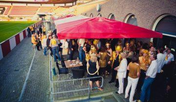 Een themafeest aan het veld bij feestlocatie Het kasteel Sparta Stadion in Rotterdam.