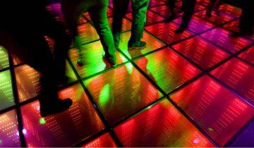 De dansvloer van AIR Amsterdam kleurt mee met de muziek.