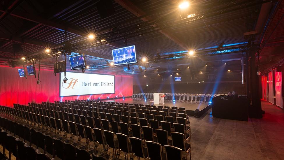 De tribune in de de loods van Hart van Holland in Nijkerk.