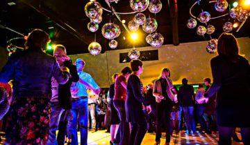 Dans met je collega's bij feestlocatie De Traverse in Helmond.