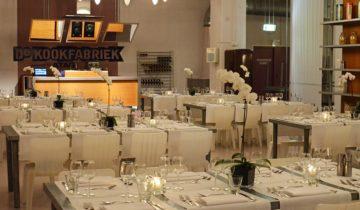 Het witte meubilair van de Kook fabriek feestlocatie in Den Haag.