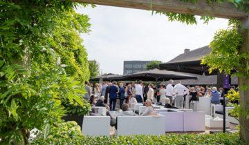 Borrelen met collega's in de tuin van feestlocatie Green Village in Nieuwegein