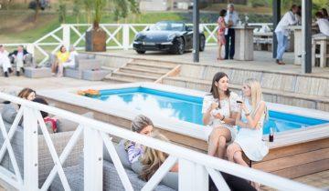 Borrelen op het terras van Beachclub Degreez feestlocatie in Panheel