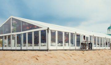 Tent buiten bij Beachclub O Feestlocatie Noordwijk aan Zee.