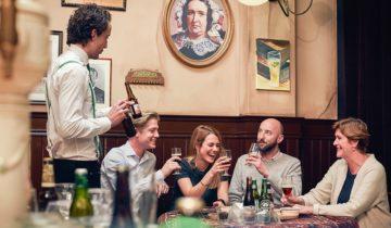 Neem plaats in het cafe van feestlocatie Heineken Experience voor een gezellige borrel.