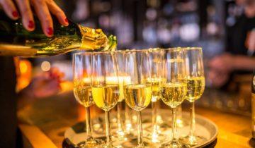 Champagne wordt geserveerd bij feestlocatie Tobacco theater in Amsterdam.