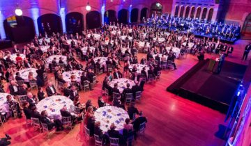 Een diner in de grote zaal van de feestlocatie Beurs van Berlage is indrukwekkend