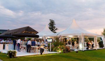 Dineren met collega's in de tuin van feestlocatie Green Village in Nieuwegein