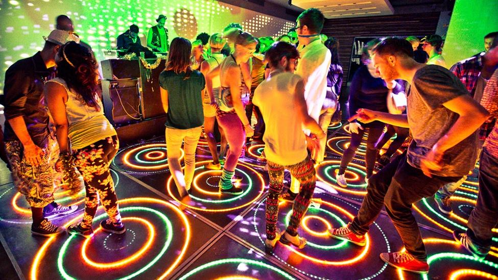 Met de lichtgevende vloer is een discofeest bij feestlocatie CitySense in Utrecht is een heel goed idee.