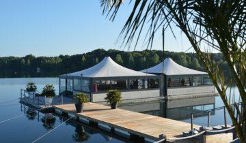 Drijvende terrassen overdekt bij feestlocatie Experience Island Loon op Zand.