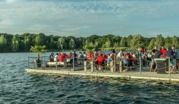 Drijvende terrassen openlucht bij Experience Island feestlocatie Loon op Zand.