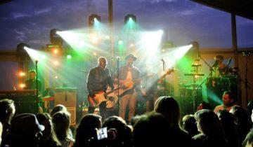 Artiesten op het podium bij Bloomingdale beach feestlocatie in Bloemendaal.
