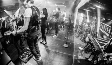 Band speelt op het podium tijdens jullie personeelsfeest bij CitySense feestlocatie in Utrecht.