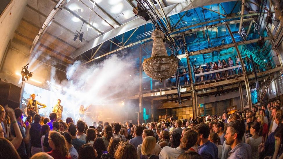 Spektakel op het podium van de perserij van DeFabrique feestlocatie in Utrecht.