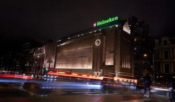 Het vooraanzicht van de Heineken Experience in Amsterdam in de avond.