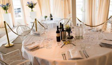 De tafels bij feestlocatie Finley Het Witte Huis in Loosdrecht kunnen geheel in stijl worden gedekt van je personeelsfeest