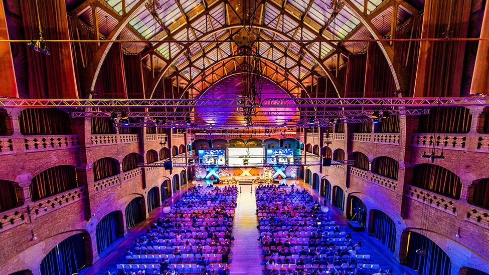 De grote zaal van feestlocatie Beurs van Berlage is een imposante locatie voor een personeelsfeest of bedrijfsevenement