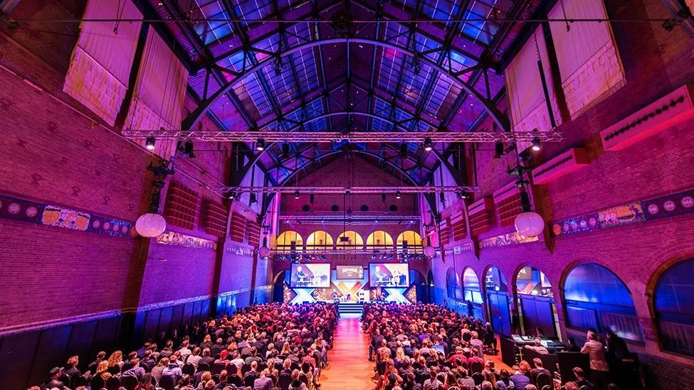 De grote zaal van de Beurs van Berlage kun je uitlichten tijdens je personeelsfeest of event in de kleuren van jullie bedrijf