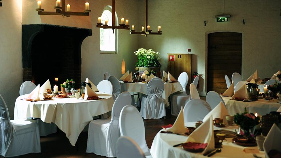 Dinersetting in de kloosterzaal van feestlocatie het Archeon in Alphen aan den Rijn.