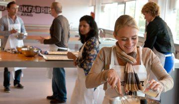 Samen met collega's koken bij de Kookfabriek in Den Haag.