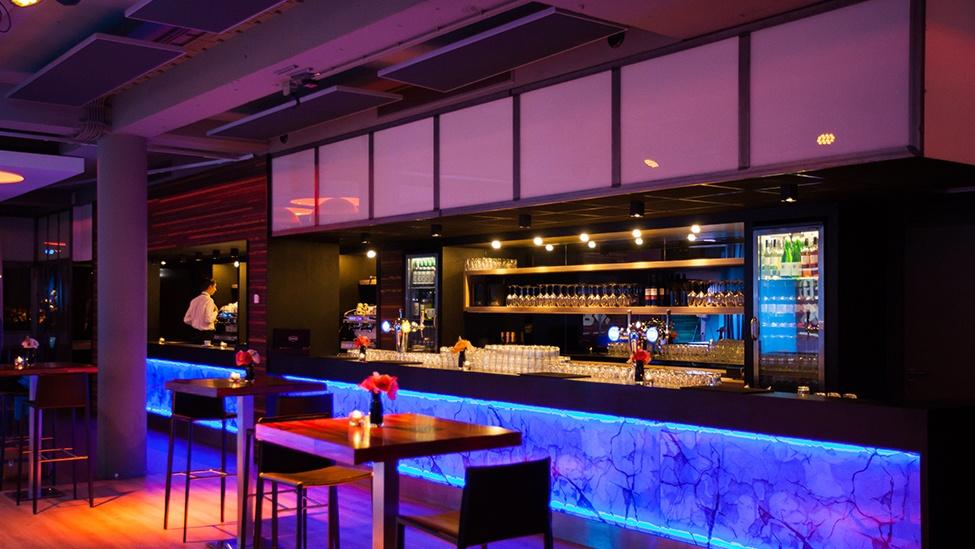 De bar met Led-verlichting bij Citysense in Utrecht is spectaculair.