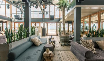 Lounge banken bij beachclub fuel feestlocatie in Bloemendaal.