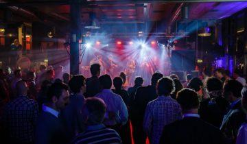 Er is veel ruimte voor entertainment tijdens jullie personeelsfeest bij de ij-kantine feestlocatie in Amsterdam.