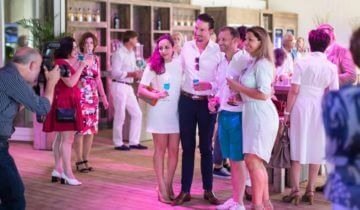 Photoshoot met collega's tijdens een personeelsfeest bij beachclub degreez in Panheel.