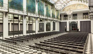 De opstelling voor plenaire presentaties in Grand Hotel Krasnapolsky feestlocatie Amsterdam