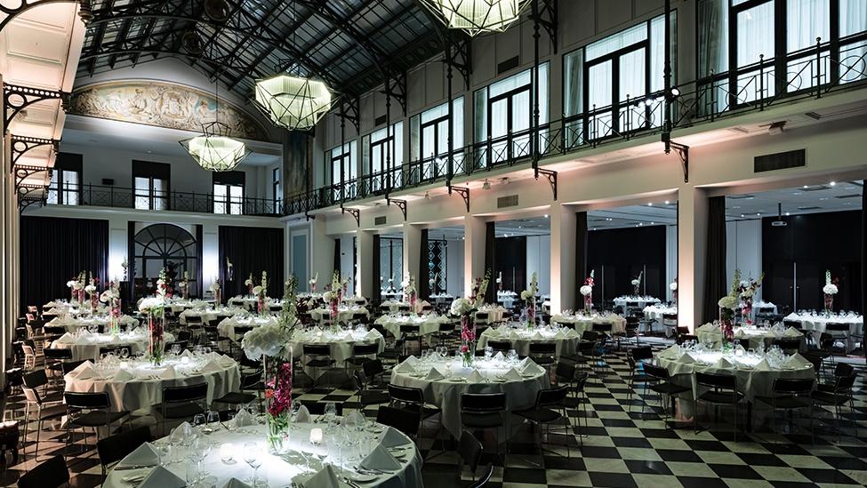 Sfeervolle verlichting van de Wintertuin van Grand Hotel Krasnapolsky feestlocatie Amsterdam