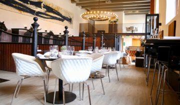 Dineer met collega's in de stallen van feestlocatie Buitenplaats Amerongen in Amerongen