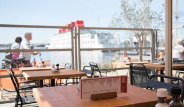 Vanaf het terras van feestlocatie IJ-kantine in Amsterdam heb je een mooi uitzicht op het IJ.