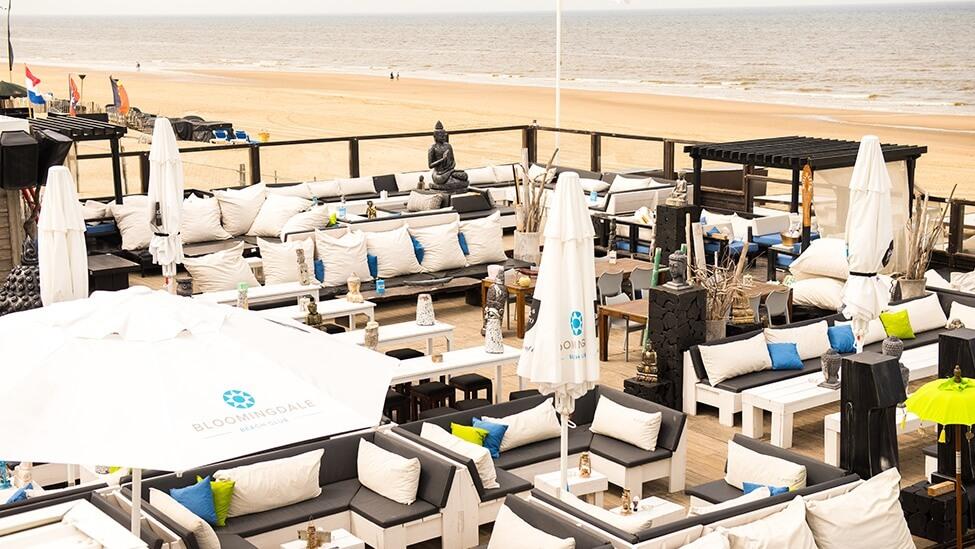 Overzicht op terras van Bloomingdale beach feestlocatie Bloemendaal.