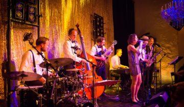 Band speelt tijdens themafeest bij Tobacco theater in Amsterdam.