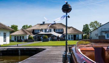Het zicht op de tuin van feestlocatie Finley Het Witte Huis in Loosdrecht