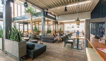 Zicht vanaf de bar op beachclub fuel feestlocatie in Bloemendaal.