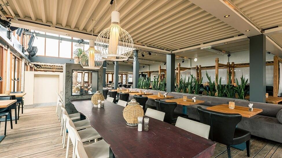 Zijaanzicht op restaurant beachclub fuel feestlocatie Bloemendaal.