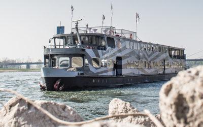 Zicht op de pure-liner op het water. Feestlocatie Amsterdam