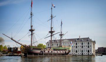 Het zicht op het Scheepvaartsmuseum vanaf het water