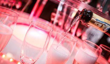 Champagne tijdens het themafeest casinofeest