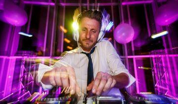 DJ draait muziek tijdens het themafeest casinofeest