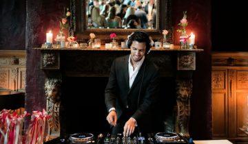 DJ draait plaatjes bij klooster Bethlehem in Haren.