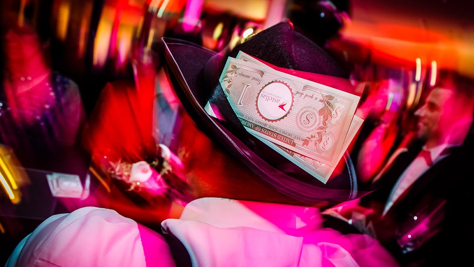 Mensen gaan dressed in style tijdens het casinofeest personeelsfeest