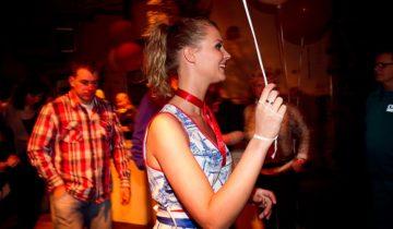 Hollands meisje tijdens het Holland Fest personeelsfeest