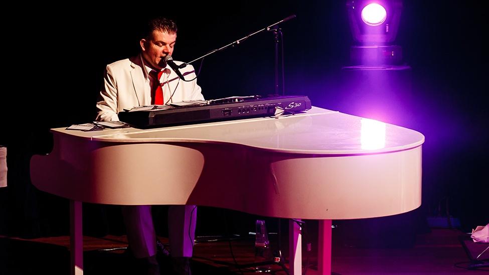 Jan Rooymans speelt piano tijdens The Piano Party