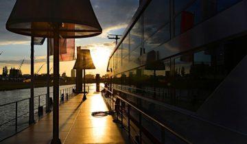 De zonsondergang op het dek van Jules Verne feestlocatie in Arnhem.
