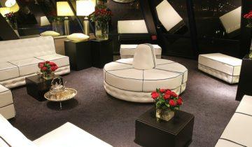 De lounge van partyjacht Jules Verne in Arnhem.