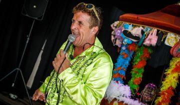 De King of Bingo verleid iedereen tot een potje oer-Hollands potje bingo tijdens het personeelsfeest Holland Fest.