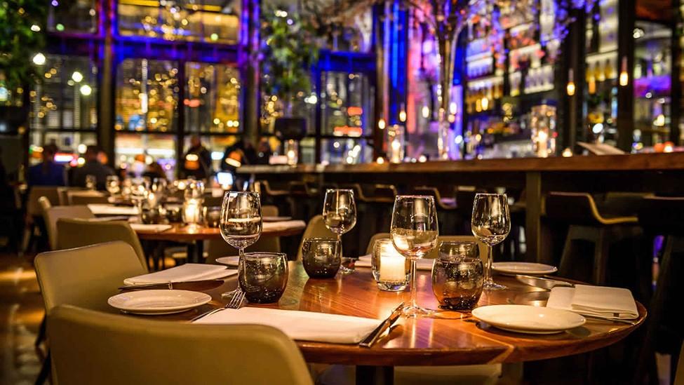 Een close up van een ingedekte tafel bij Kitchen & Bar Van Rijn Amsterdam. Fotografie door Klijn Fotografie.