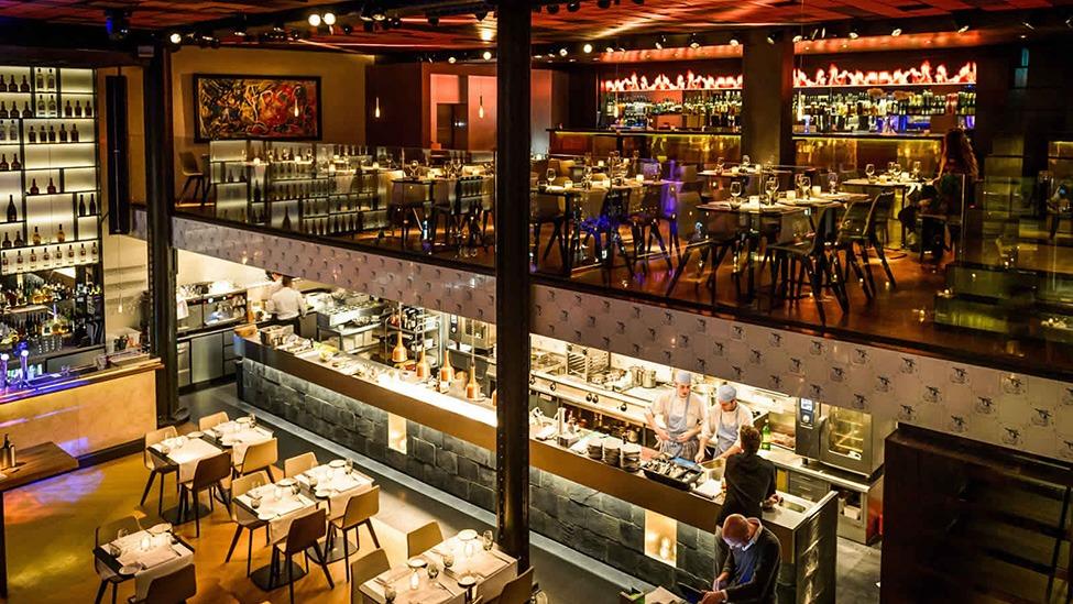 Zicht op de eerste verdieping bij Kitchen & Bar Van Rijn in Amsterdam. Fotografie door Klijn Fotografie.
